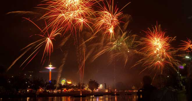 Fireworks Along Yarra River by by *Punkdiva